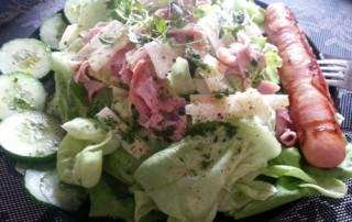Berner Würstchen mit Salat