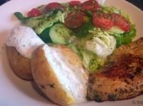 Hähnchenschnitzel mit Rosmarin Ofenkartoffeln an Salat