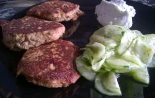 Thunfischfrikadelle mit Gurkensalat