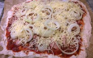Belegter Pizzateig