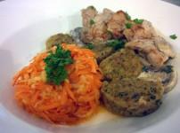 Schweinerücken mit Knödeln, Rahmpilzen und Karotten-Apfel Salat