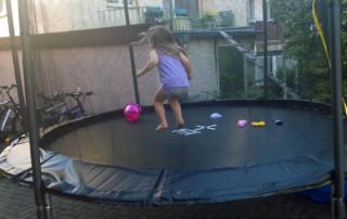 Claire springt auf dem neuen Trampolin
