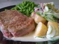 Deftiges Rindersteak mit cremigem Kartoffel-Gurkensalat {Kochbox}