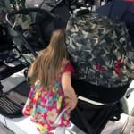 Claire inspiziert die Kinderwägen vor Ort