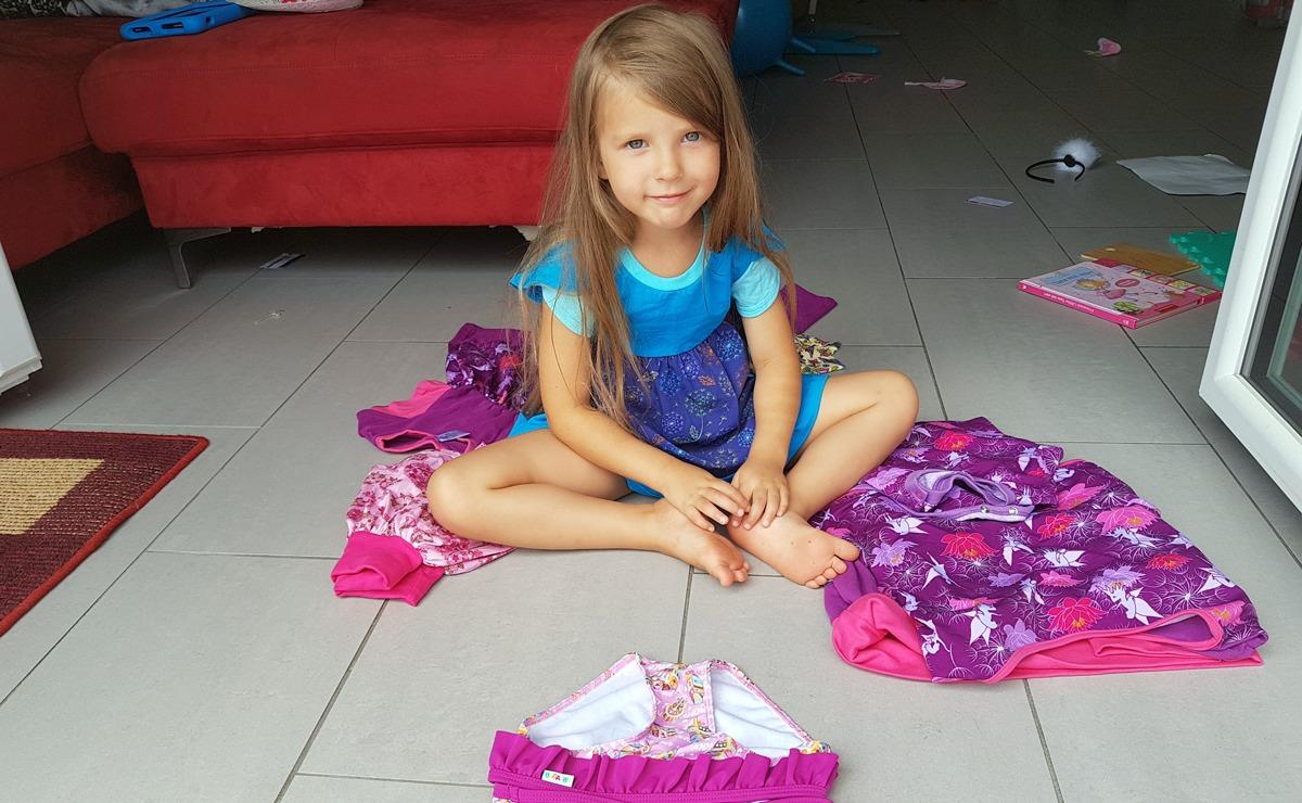 Claire trägt eine Tunika mit Tulpenärmeln