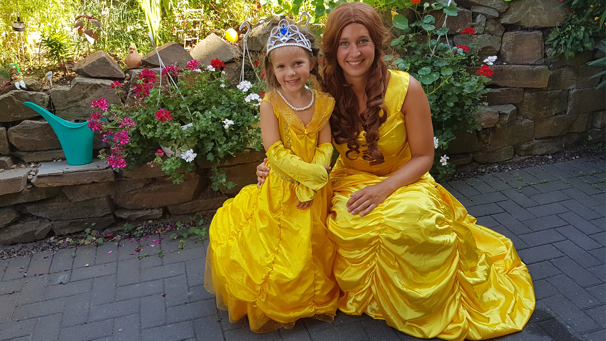 Claire im goldenen Prinzessinnenkleid vom MIFUS Onlineshop