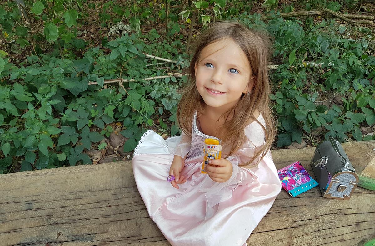 Claire isst Eis in der Waldau