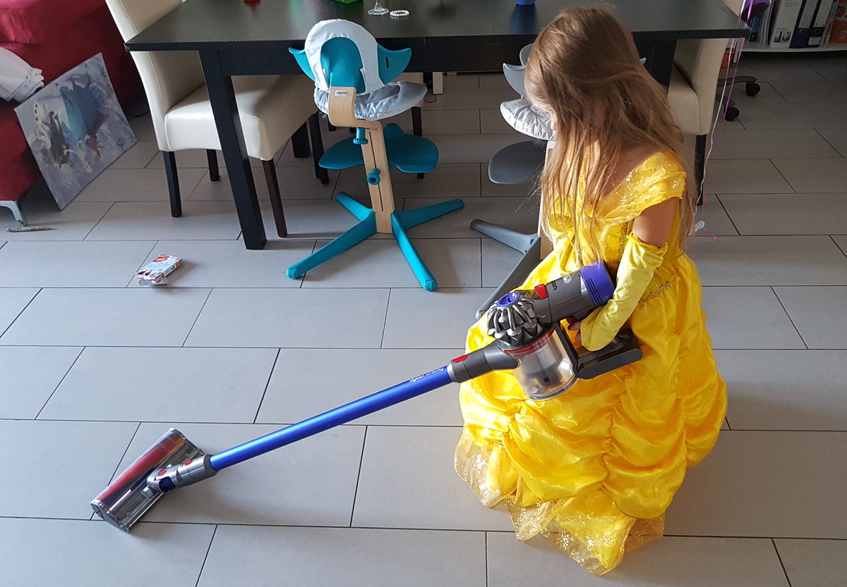 Claire saugt den Boden mit dem DysonV7 Fluffy