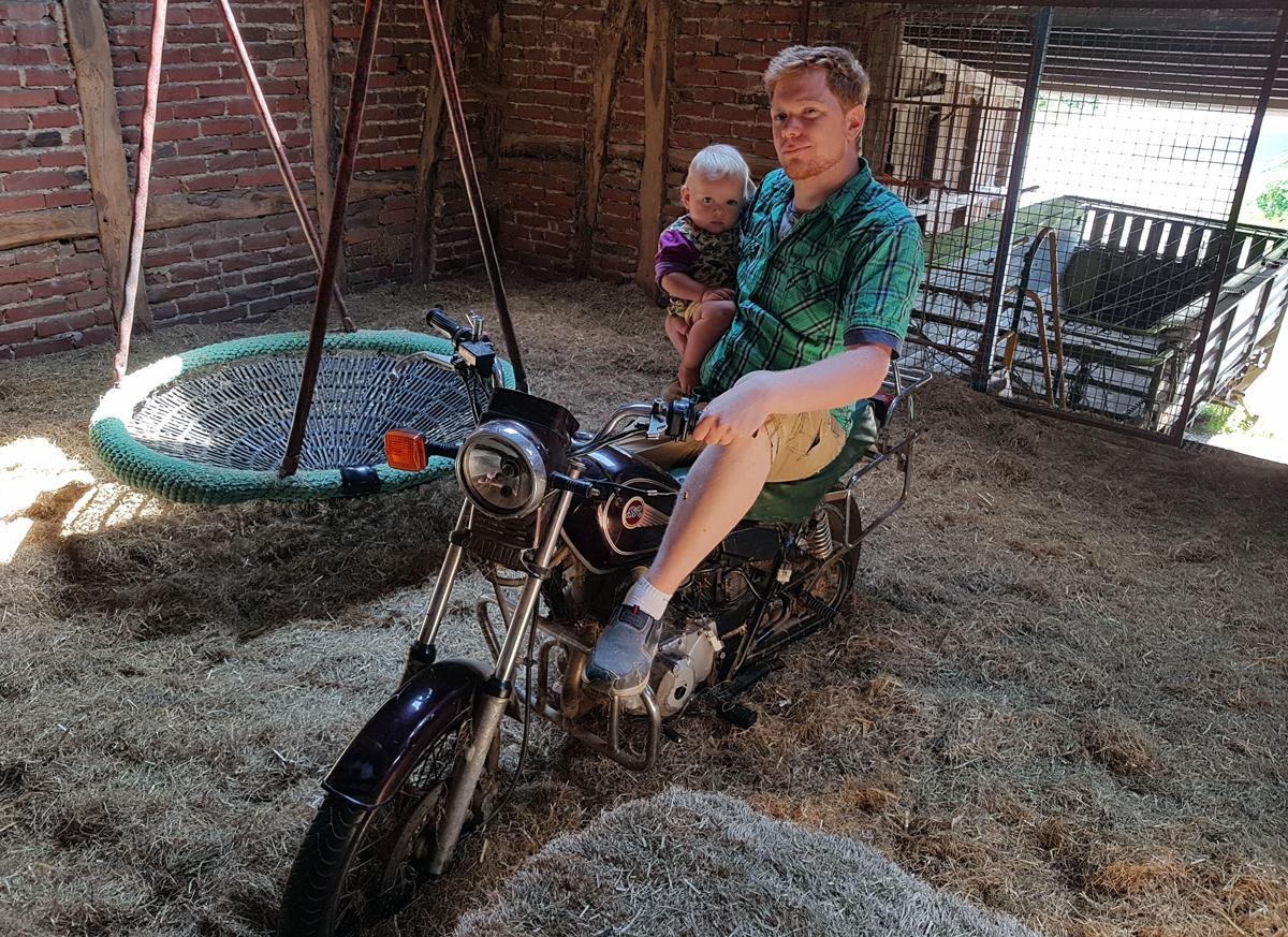 Heuboden mit Motorrad