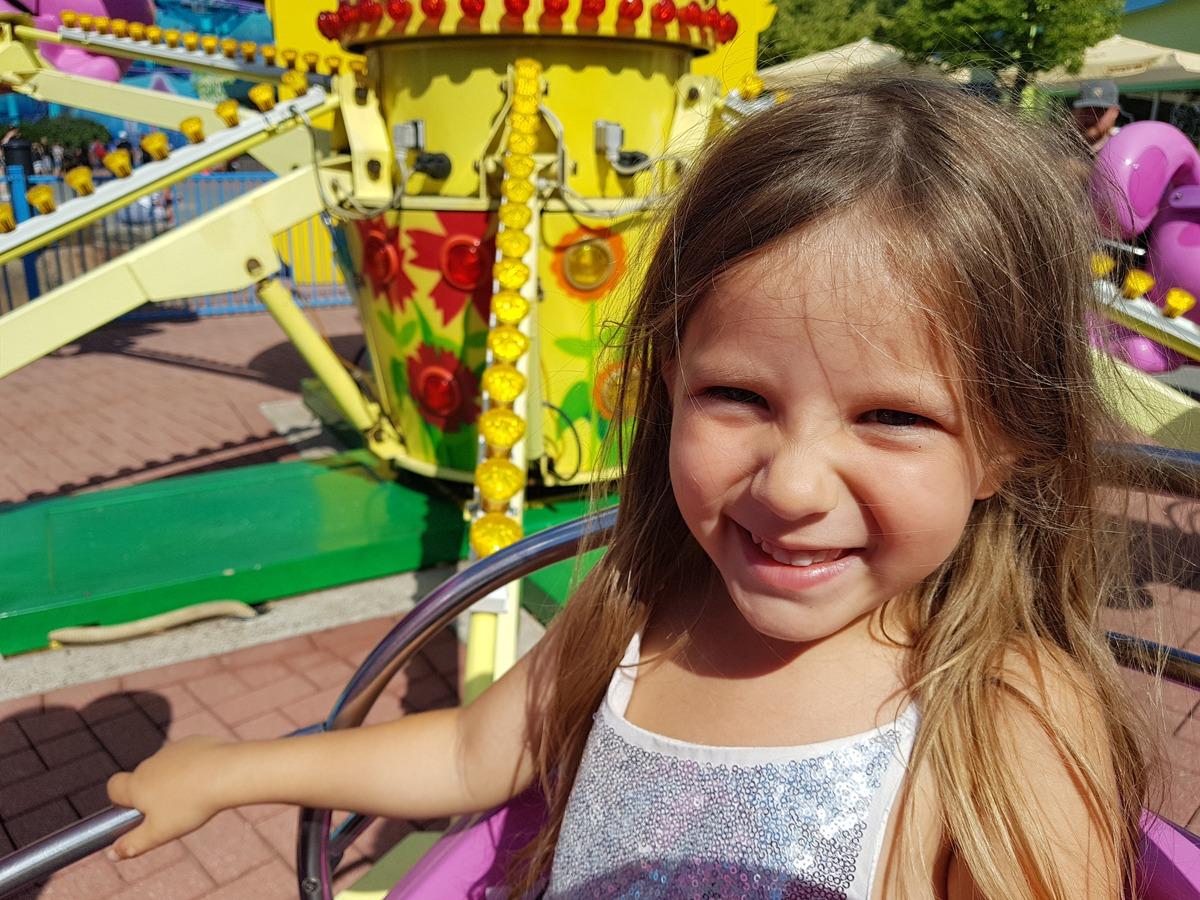Glückliches Kind im Freizeitpark
