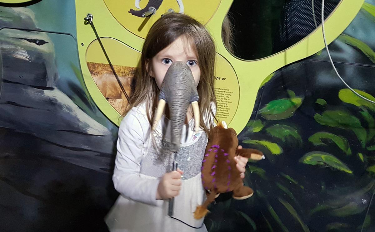 Claire spielt Elefant