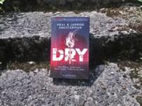 """Spannend, fesselnd und erstaunlich realistisch sind die Worte, die mir zum Titel """"Dry"""" direkt einfallen !!"""