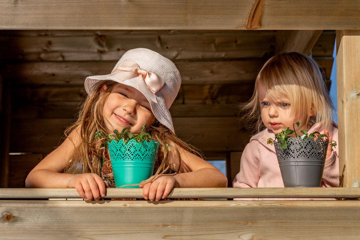 Glückliche Mädchen im Spielhaus